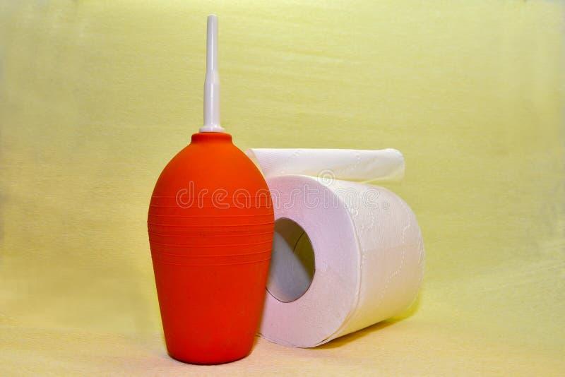 Lavement rouge de matériel médical et produit d'hygiène relatif photographie stock libre de droits