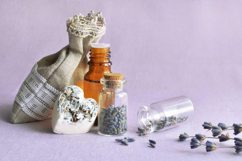 Lavendelöl und Blumenkissen lizenzfreie stockfotos