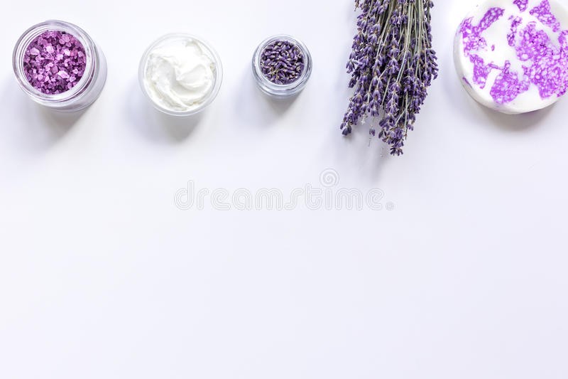 Lavendelörter i utrymme för bästa sikt för kroppomsorgskönhetsmedel för text royaltyfria foton