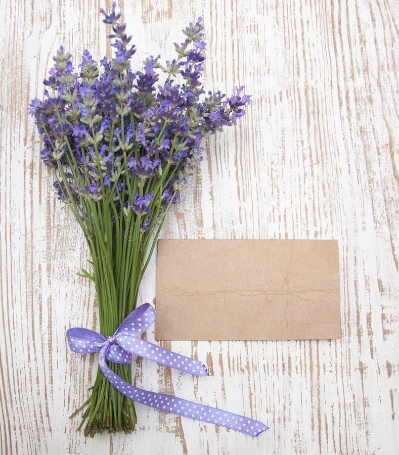 Lavendel auf Weinleseholz lizenzfreies stockfoto