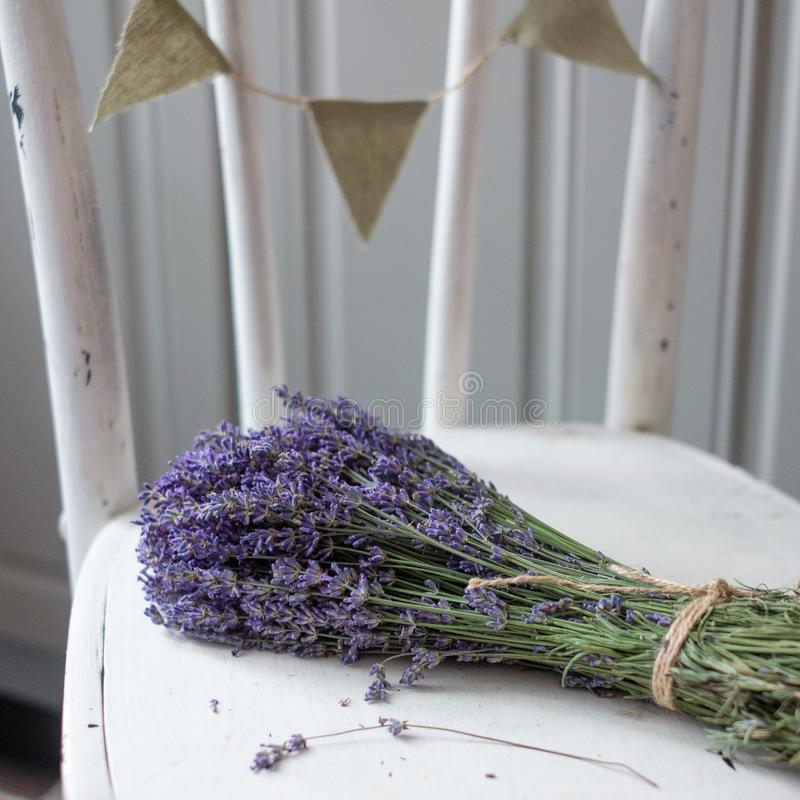 Lavendel auf Weinleseholz mit altem leerem Tag lizenzfreie stockfotos