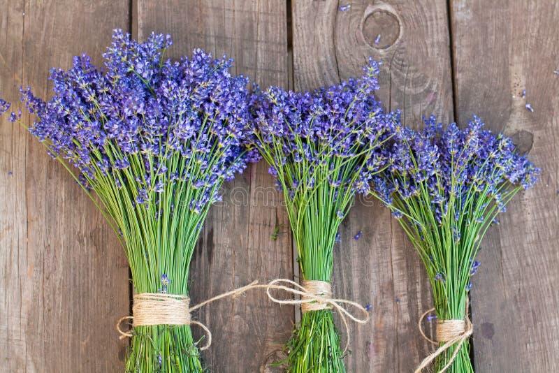 Lavendel auf Weinleseholzhintergrund stockbilder