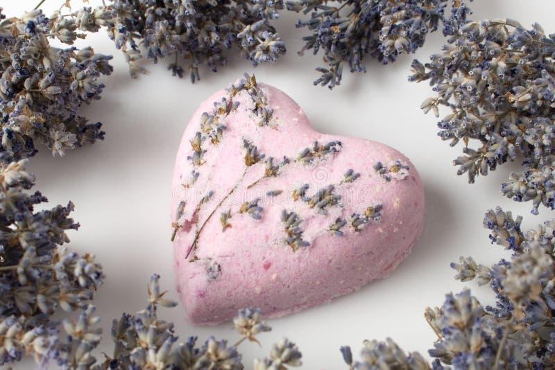 Lavendel-Badebomben auf einem weißen Hintergrund stockbilder