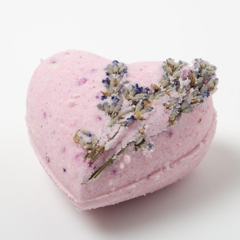 Lavendel-Badebomben auf einem weißen Hintergrund lizenzfreie stockfotos