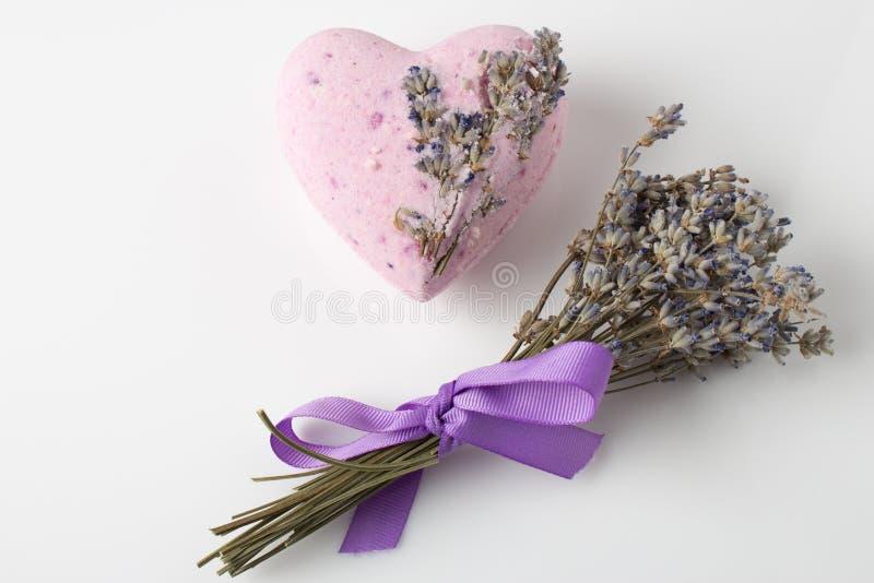 Lavendel-Badebomben auf einem weißen Hintergrund lizenzfreie stockbilder