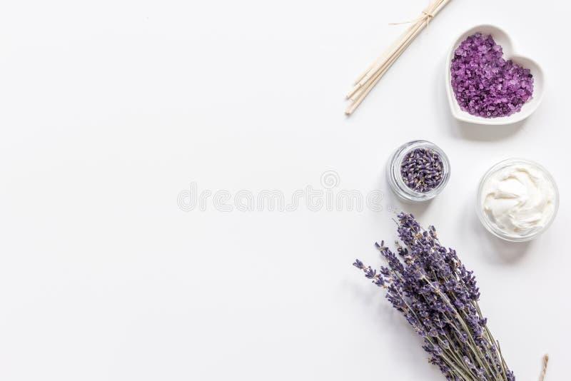 Lavendel blommar i organisk skönhetsmedeluppsättning på den vita modellen för den bästa sikten för bakgrund arkivfoto