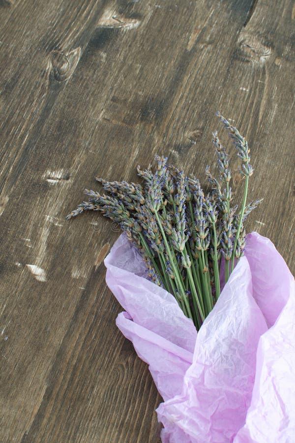 Lavendel, der Lavendelblumenstrauß auf dunklem hölzernem Hintergrund Aromatherapiekonzept erntet stockfoto