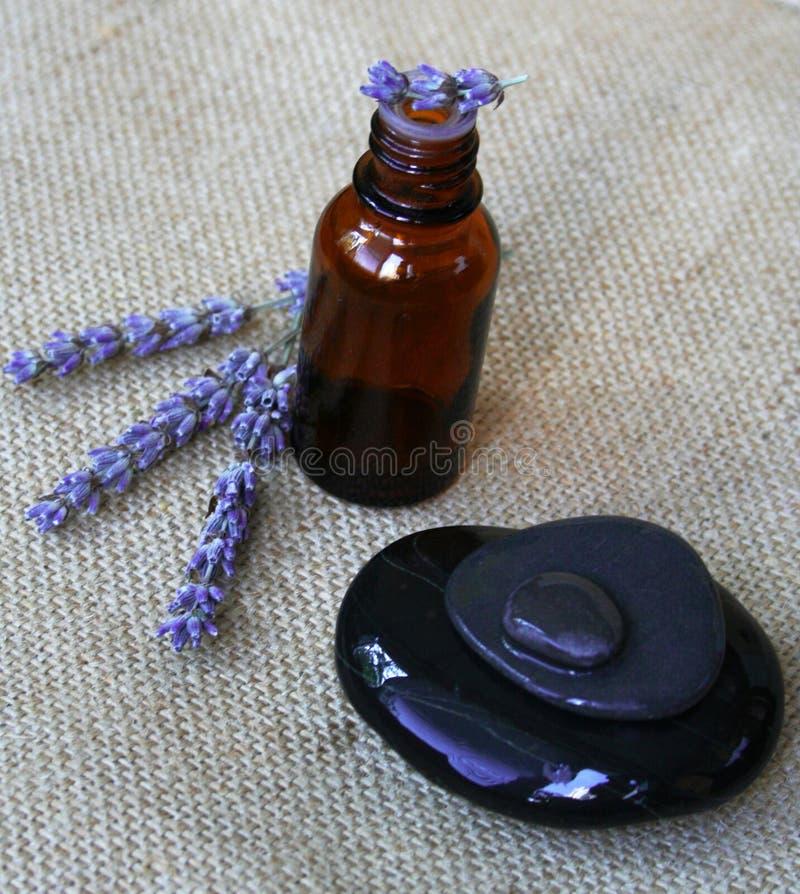 Lavendel en fles essentiële olie stock fotografie