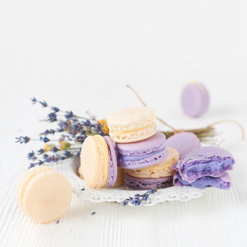 Lavendel en vanille macarons stock foto