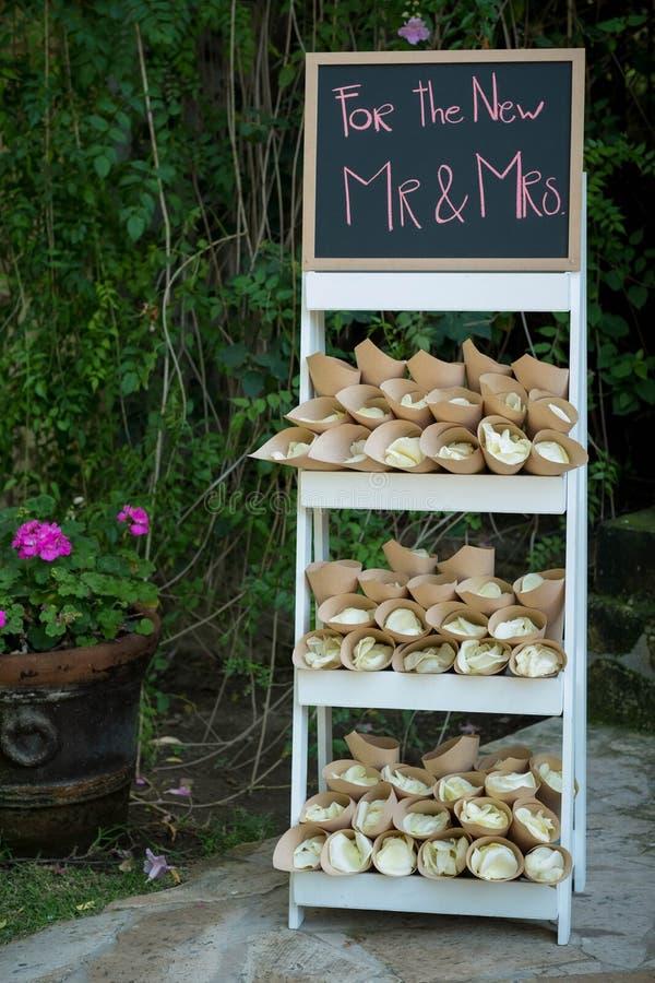 Lavendel-gefüllte Papierkegel, an Ihrer Hochzeit zu werfen Sachen, anstelle des Reises lizenzfreies stockfoto