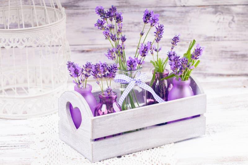 Lavendel i flaskdekor arkivbilder