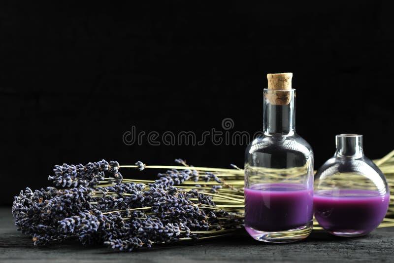 Lavendel, Lavendelöl auf dunklem hölzernem Hintergrund mit Raum für lizenzfreie stockfotografie