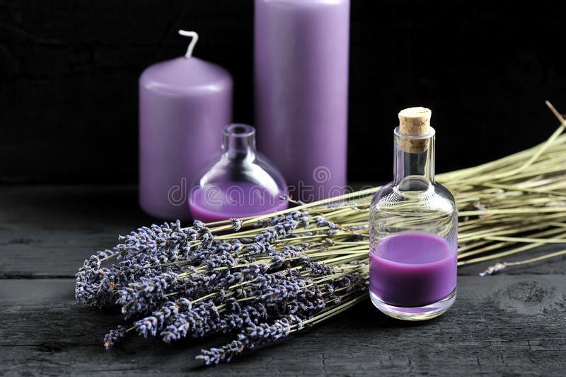 Lavendel, Lavendelöl und lila Kerzen stockfotos