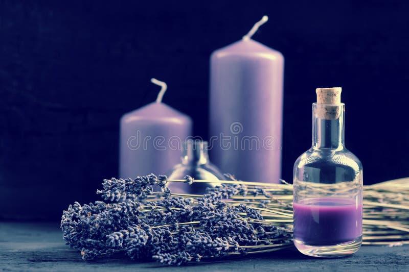 Lavendel, Lavendelöl und lila Kerzen stockfoto
