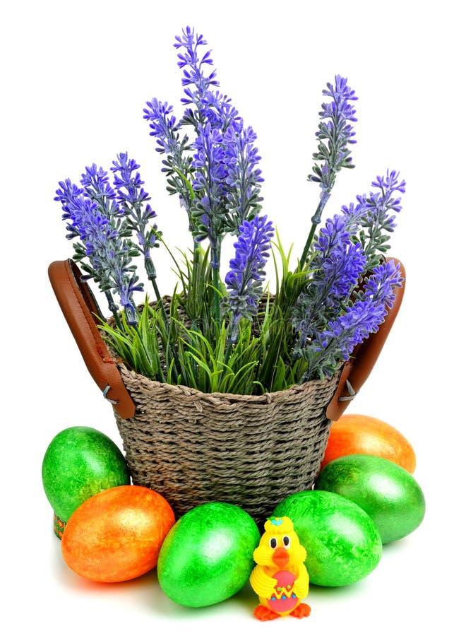 Lavendel med easter ägg och chiken i korgen royaltyfri fotografi
