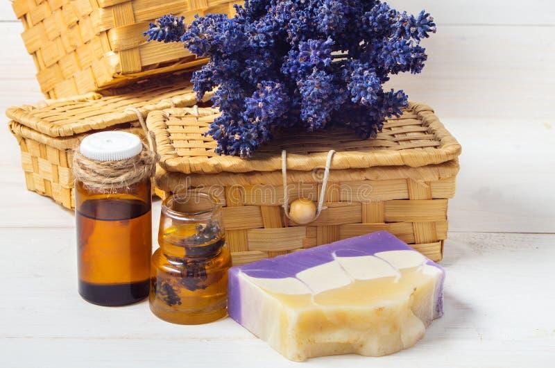 Lavendel met de hand gemaakte zeep en toebehoren voor lichaamsverzorging (lavendel, royalty-vrije stock afbeelding