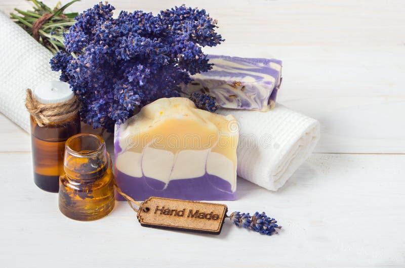 Lavendel met de hand gemaakte zeep en toebehoren voor lichaamsverzorging (lavendel, royalty-vrije stock foto