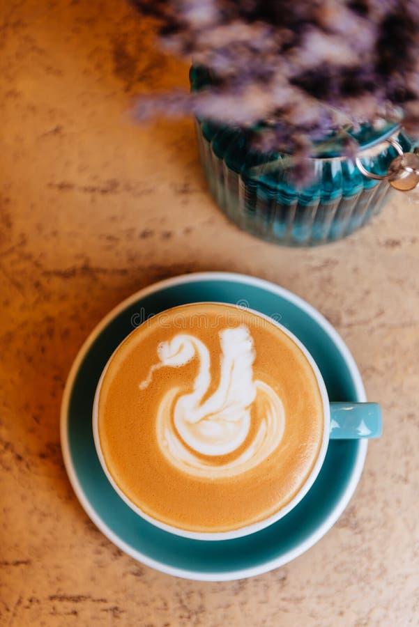 Lavendel mit Kaffee auf hellem Hintergrund stockbilder