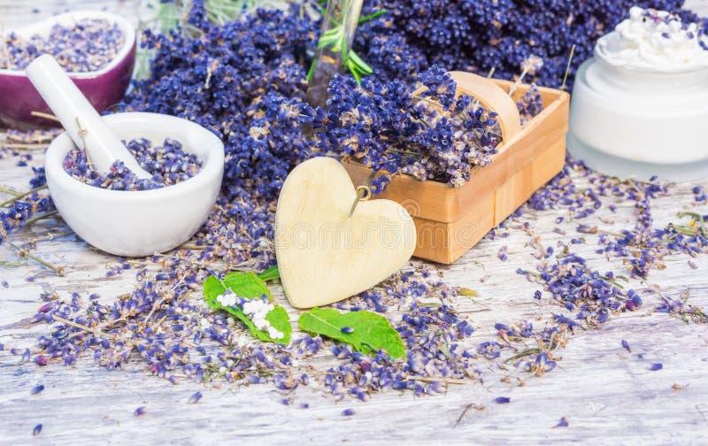 Lavendel, munt, druppeltjes, zalf stock fotografie