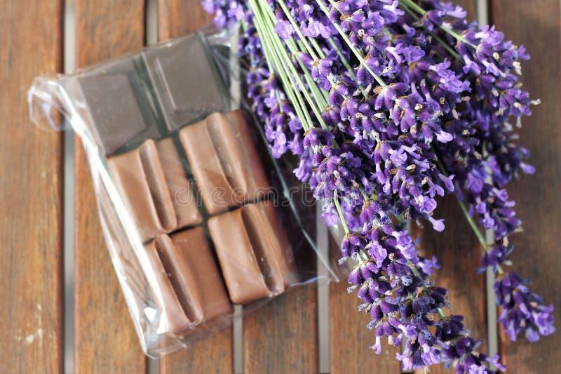 Lavendel och choklad arkivbilder