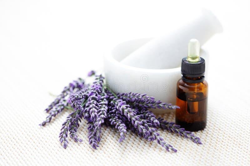 Lavendel och mortel och mortelstöt arkivfoto