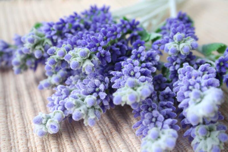 Lavendel op lijstmat stock fotografie
