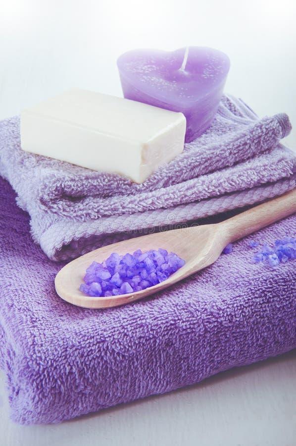 Lavendel roch purpurrotes Badesalz in einem hölzernen Löffel lizenzfreie stockbilder