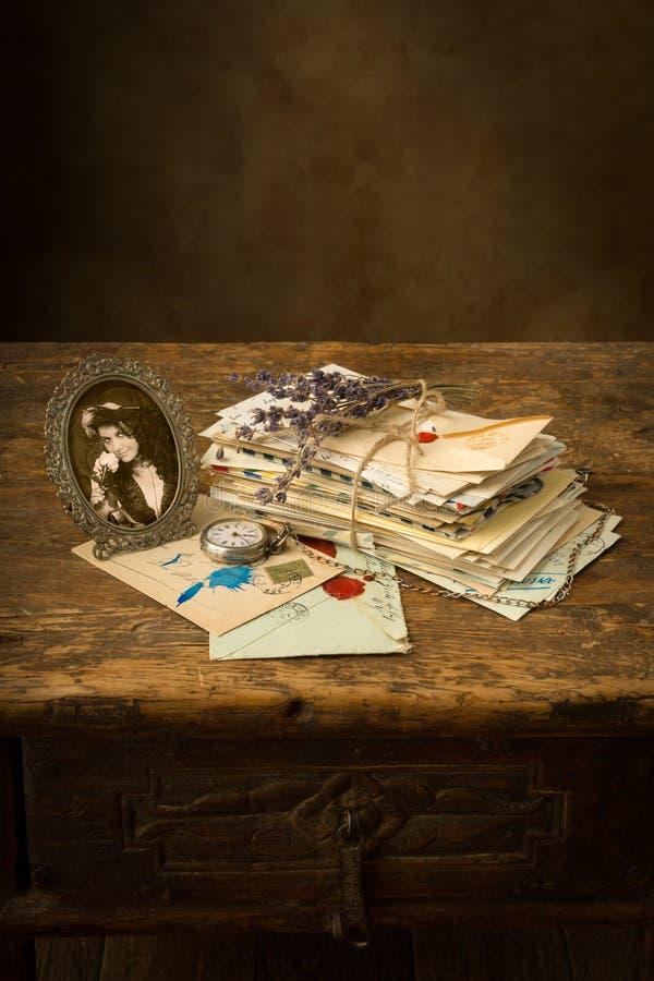 Lavendel und alte Buchstaben lizenzfreies stockbild