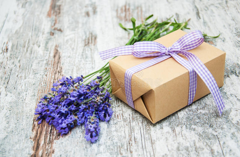 Lavendel und Geschenkbox lizenzfreies stockfoto