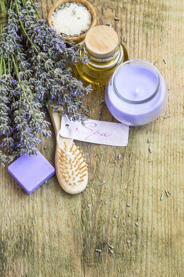 Lavendelbadekurortstillleben mit Aufkleber, Kerze, Blumen und Körperauto stockfotos