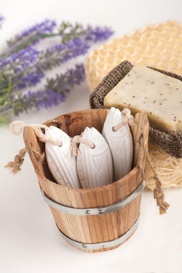 Lavendelbloemen, met de hand gemaakte zeep, spons stock foto's