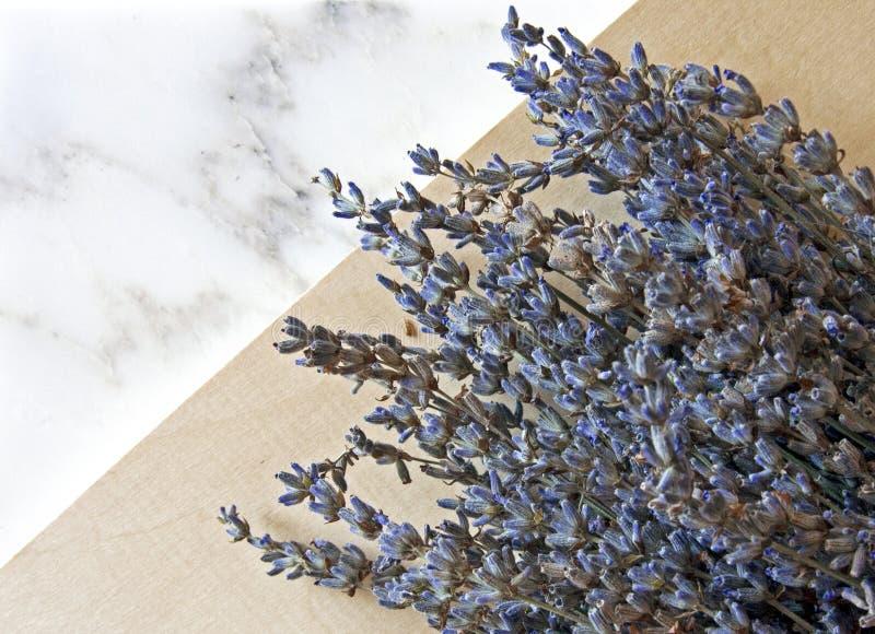 Lavendelbloemen op marmeren achtergrond stock afbeeldingen