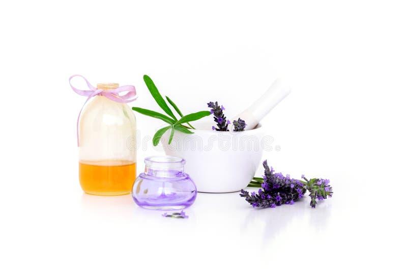 Lavendelblommor, lavanderextrakt, olje- och montar med torra blommor som isoleras på vit arkivfoto