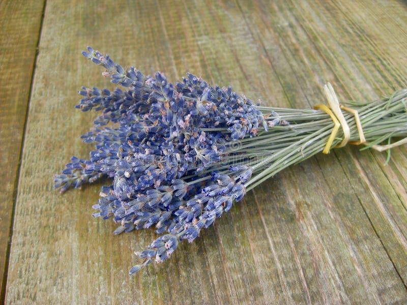 Lavendelblumen, die auf einem Holztisch liegen lizenzfreie stockfotos