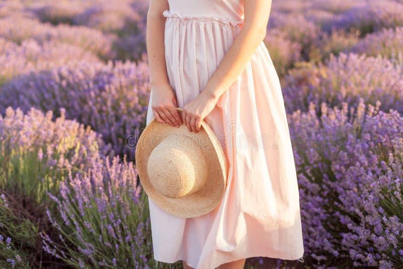 Lavendelblumenstrauß auf einem gesponnenen Hut Fedora lizenzfreies stockbild