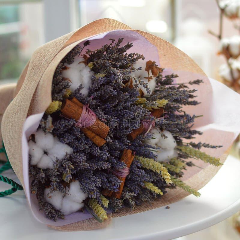 Lavendelblumenstrauß, mit Baumwolle und Zimt stockbild
