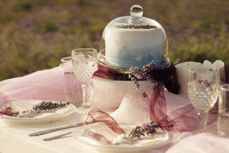 Lavendelboeketten, cake en huwelijksconcept stock afbeeldingen