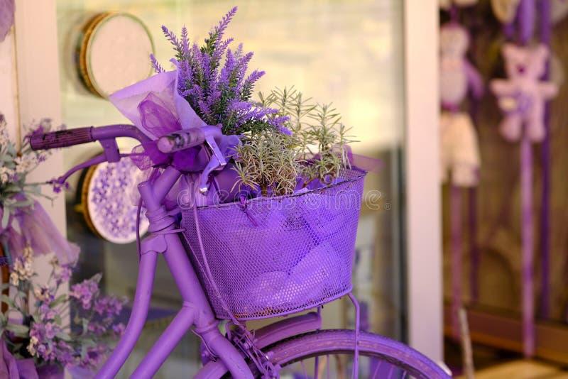 Lavendelfiets en bloemen royalty-vrije stock afbeeldingen