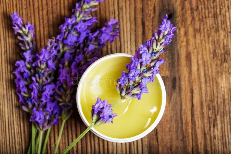 Lavendelkräuterauszug lizenzfreie stockbilder
