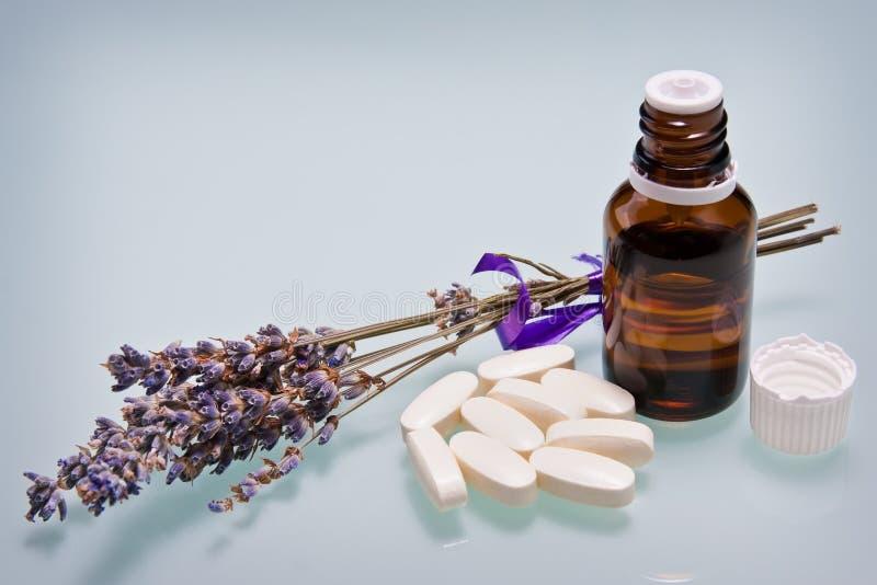 Lavendelkraut und wesentliches Schmieröl lizenzfreies stockfoto