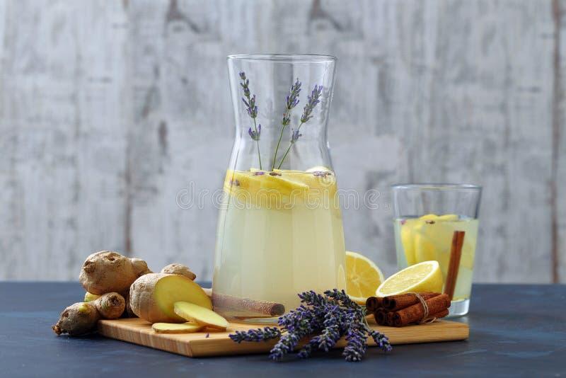Lavendellemonad i den glass tillbringaren royaltyfria foton