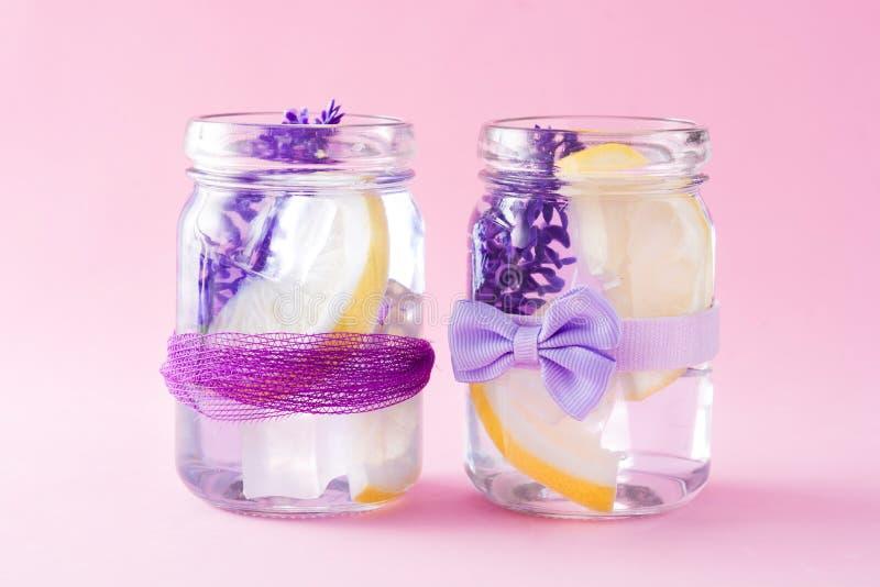 Lavendellimonadengetränk auf rosa Hintergrund lizenzfreie stockbilder