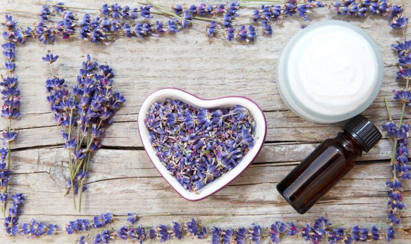 Lavendelprodukter, naturliga skönhetsmedel arkivbild