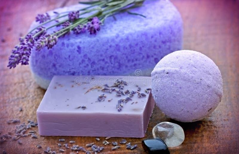 Lavendelseife und -schwamm stockbild