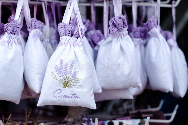Lavendelsouvenir i Kroatien, till salu lavendelgåvor royaltyfria bilder