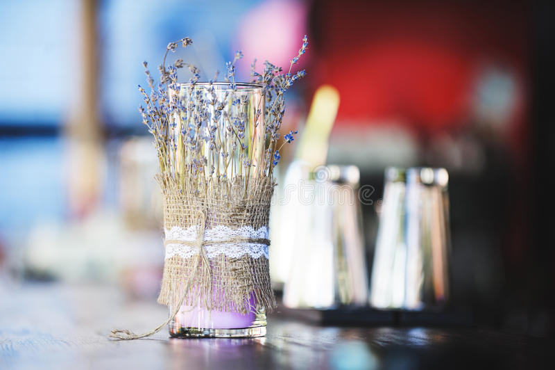 Lavendelstearinljus royaltyfri bild