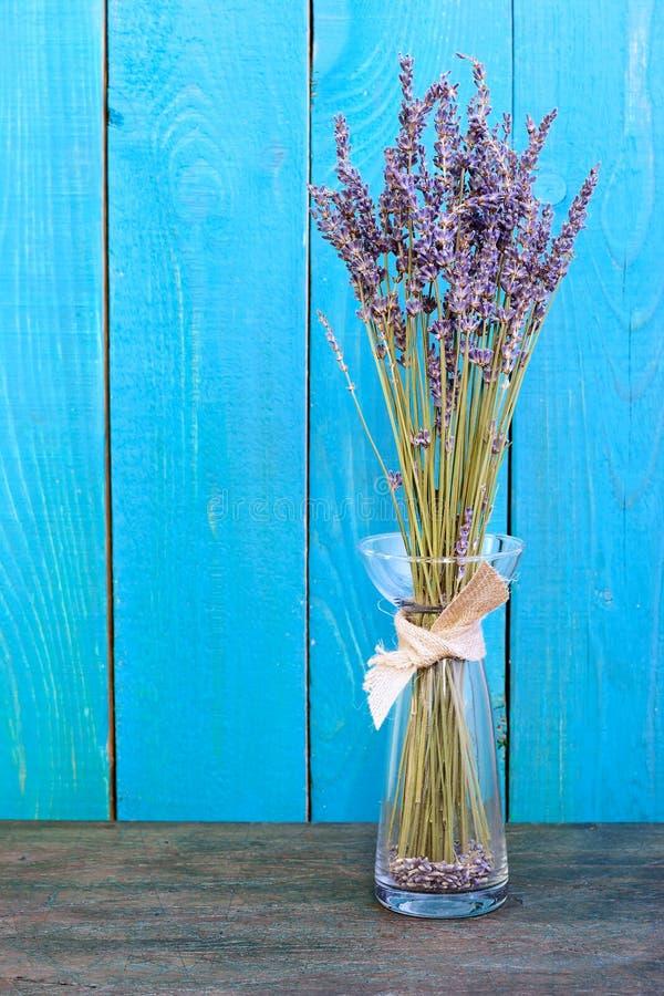 Lavendelstilleben på den blåa bakgrunden royaltyfri foto