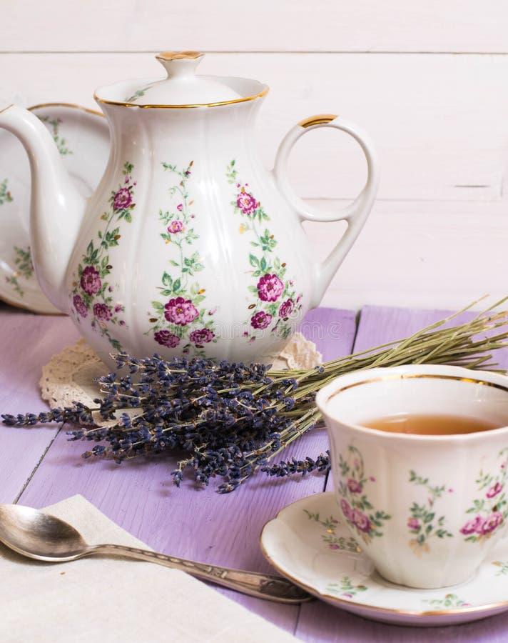Lavendeltasse tee rustikales hölzernes Blumendorf Provence der Kesselfrühstücksmorgenweinlese stockfotografie