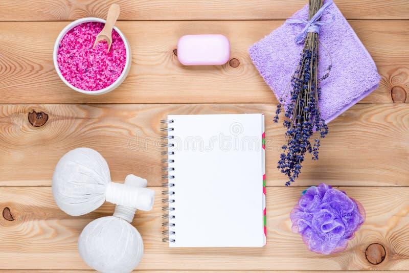 Lavendelthema: ein leeres Blatt des Notizblockes und der Gegenstände mit Lavendel für Badekurort stockfotos