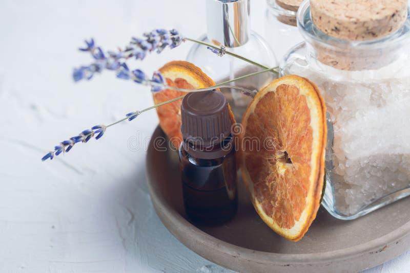 Lavendeltrockenblumen auf Weiß mit Seesalz und -ätherischen Ölen in den Flaschen Raum für Text getont Große Details! Badekurort u stockfoto